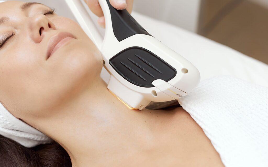 омолаживающая процедура фотоомоложение лица и шеи
